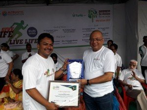 Dr Atul Ingale, Sr. Nephrologist & Transplant Physician, Hiranandani Hospital Vashi- A Fortis Network Hospital giving away certificate of participation to a fellow runner